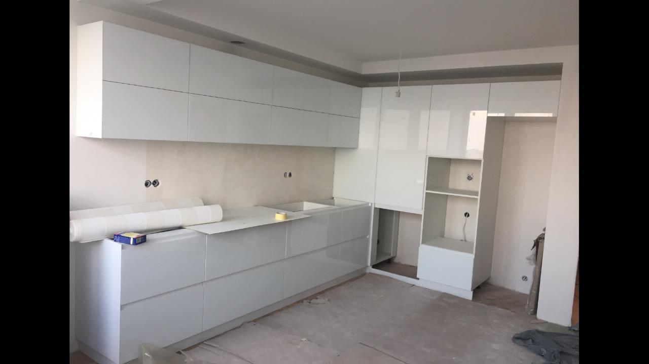 Кухня из стеклянных белых мебельных фасадов от компании Sagrado
