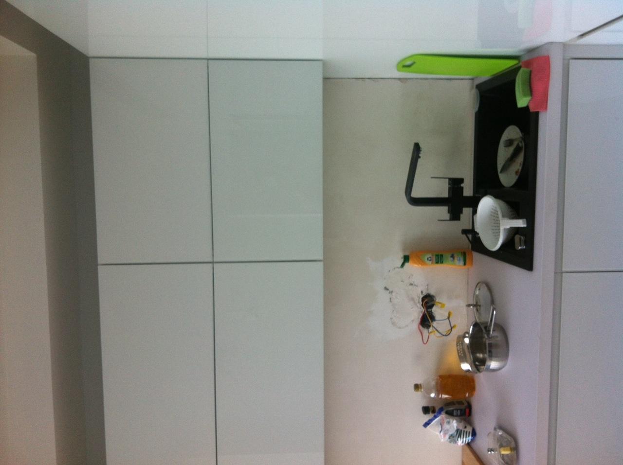 Кухня из стеклянных мебельных фасадов от компании Sagrado