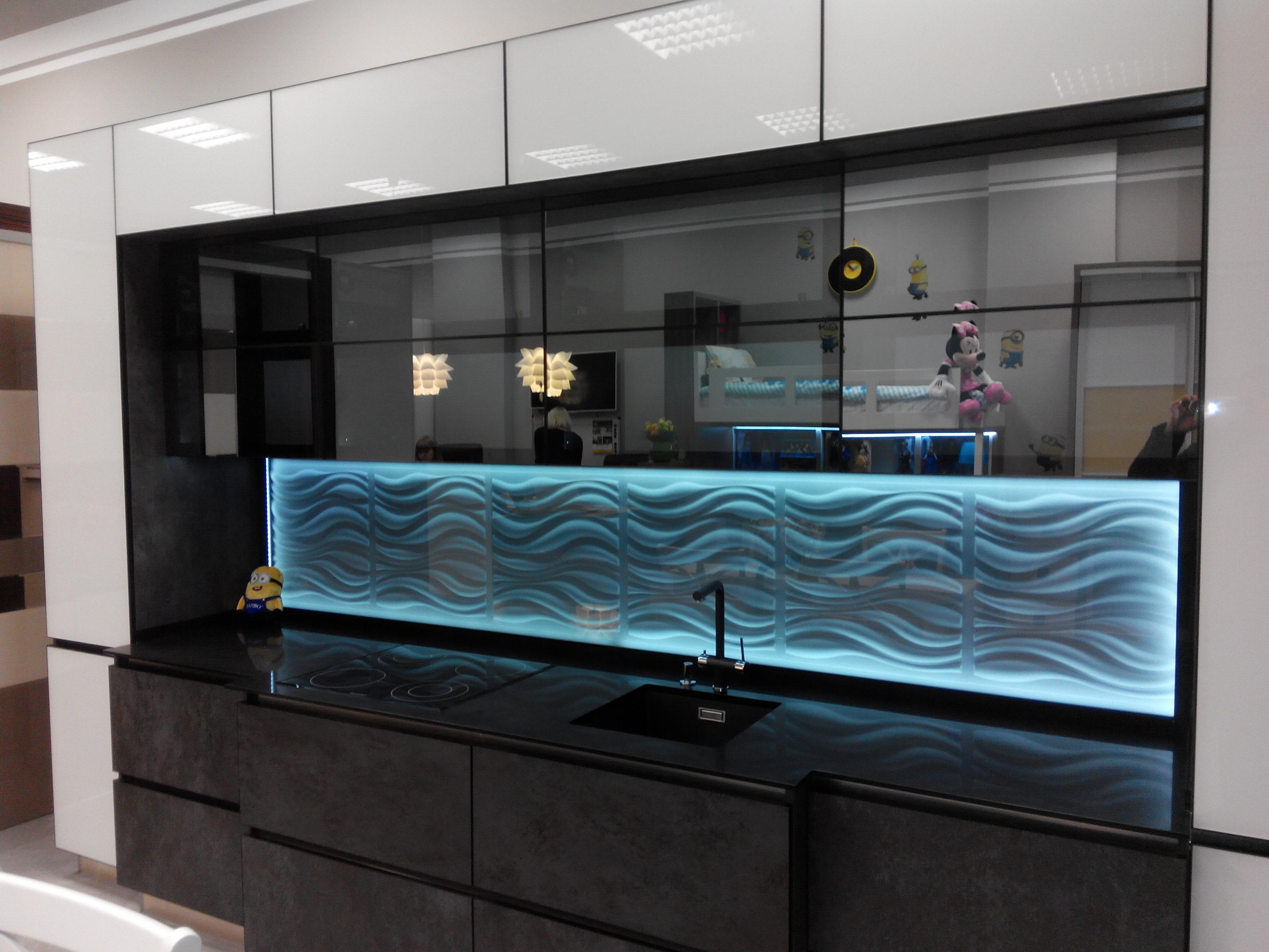 kuhnya iz krashennogo stekla i kuhonnogo fartuka iz 3d paneley ot kompanii Sagrado .