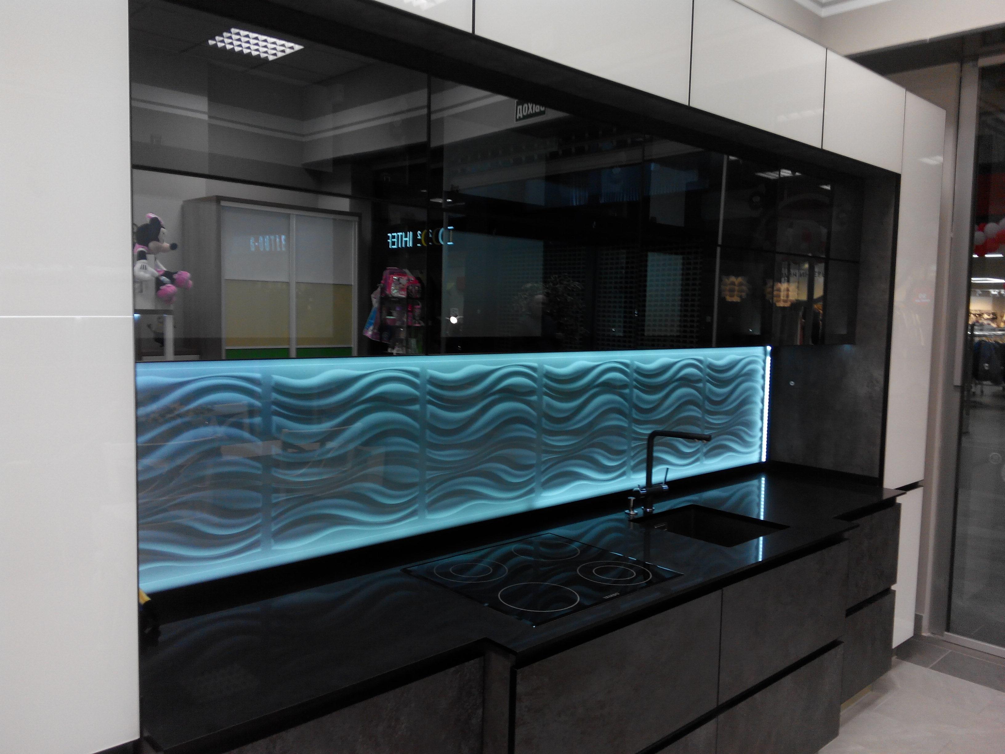 кухня из стеклянных мебельных фасадов и кухонного фартука из 3д панелей от компании Sagrado