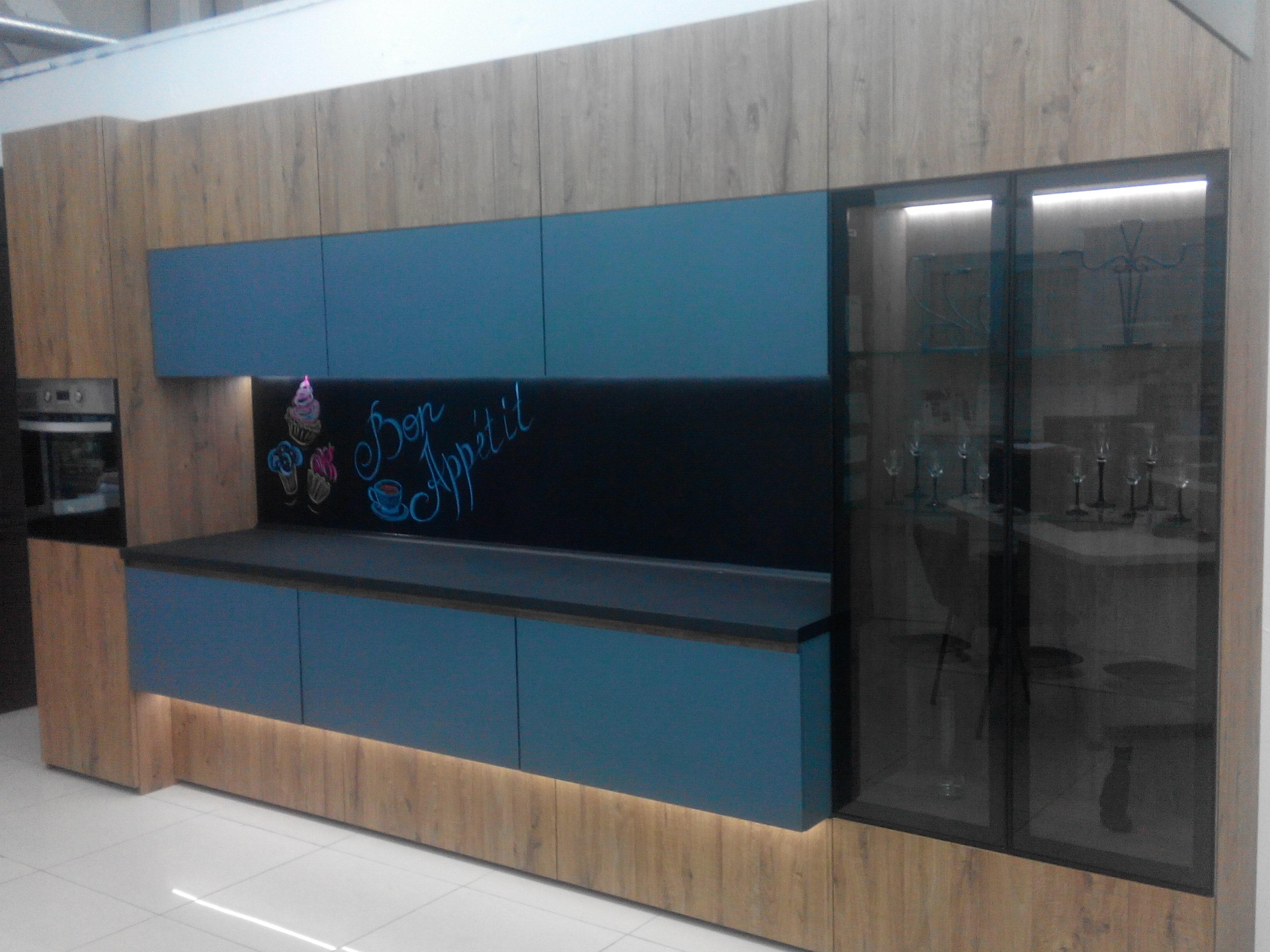 Кухня из стеклянных матовых мебельных фасадов от компании Sagrado